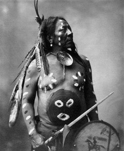 """Indiano d'America coi caratteristici ornamenti e colori """" da caccia"""". Le tinture utilizzate erano tutte """" propiziatorie"""". Prediligevano il ROSSO,che era il colore della forza e del sangue, il BLU che era il colore degli Dei e il NERO,colore della morte."""