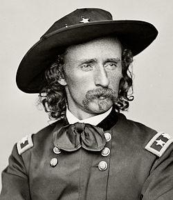 Ecco il Tenente Colonnello George Custer,colui che nella famosa battaglia di Little BIGHORN sconfisse definitavmente la resistenza Indiana nel 1875 portando anche se' stesso e l'intero reggimento alla morte. Fu la fine della storia Indiana