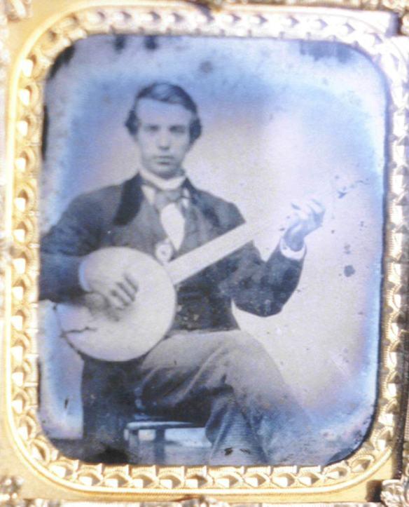 """Qui invece una foto del 1860. Il banjo diviene """" di classe """" e iniziano a suonarlo anche i giovani della """" buona società"""",chiaramente bianca."""