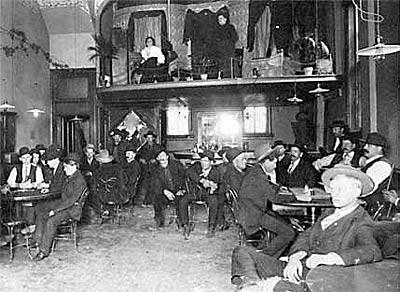 Ecco quindi come appariva nella realtà il saloon al suo interno. Questaè la foto da cui poi fu ricavata la piantina che abbiamo visto prima.