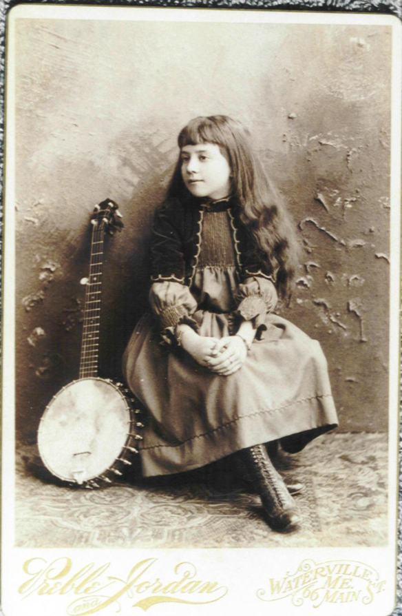 Una bellissima foto del 1890. Una scena tipica di molti film muti di qualche anno dopo, magari con Charlot. La piccola bambina povera,in genere Irlandese,che suona il banjo per strada per racimolare qualche spicciolo.
