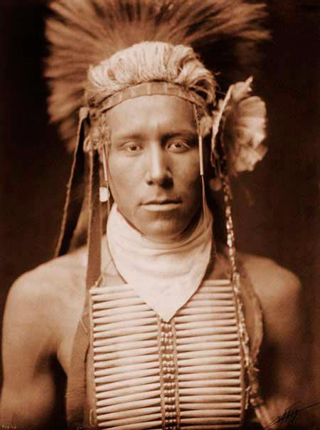 Gli Indiani d'America adoravano adornarsi,sia i maschi che le femmine. Ogni oggetto,soprattutto se realizzato con piume, denti di animale o legno di particolari alberi, era per loro dispensatore di ENERGIA.
