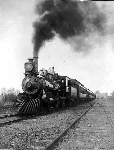 Emblematica foto del 1900.Qui siamo nella rete ferroviaria del nord America, con i primissimi treni a carbone.