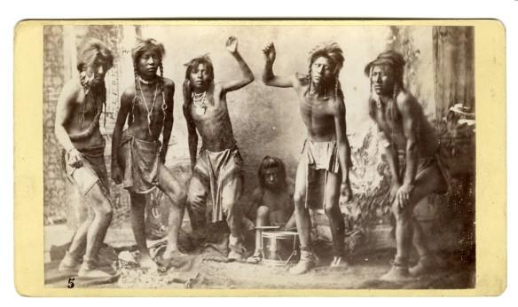 Qui un gruppo di Nativi Americani e' costretto a danzare davanti all'occhio impietoso del fotografo, nelle riserve Americane. 1890 c.a.
