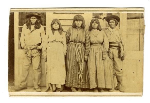 """E qui assistiamo al definitivo """" polverizzamento """" della cultura Indigena,che viene costretta a divenire brutta copia dei bianchi per sopravvivere. Sioux,inizi 1900."""