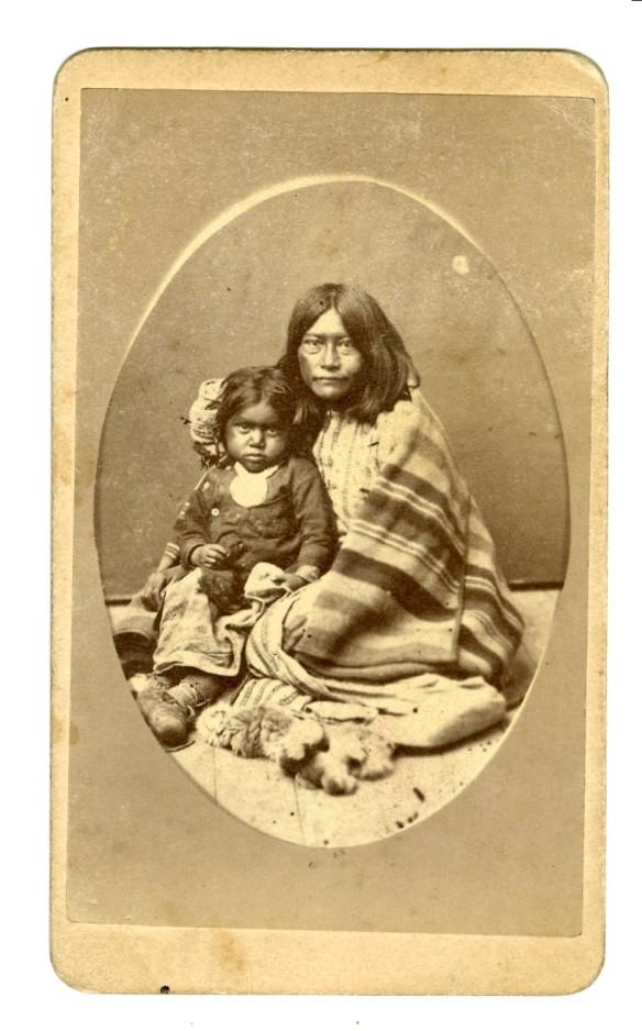 Confinati nelle riserve i Nativi Americani furono decimati dalla fame, le malattie e l'alcool, che veniva distribuito a larghe mani per sopraffarli psicologicamente e fisicamente. Privati dei loro spazi e della propria cultura essi morirono. Qui di seguito tre immagini che vi mostrano inequivocabilmente il loro cambiamento.  Qui madre e figlia Comanche nelle riserve nel 1880, 5 anni dopo la battaglia di Little Bighorn