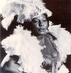Bessie Smith con uno dei suoi eccentrici abiti di scena,1923 c.a.