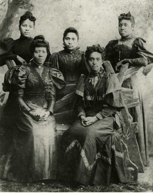 E queste sono le prime donne nere della storia a prendere il diploma di scuola media superiore. Chiaramente Memphis,1891.