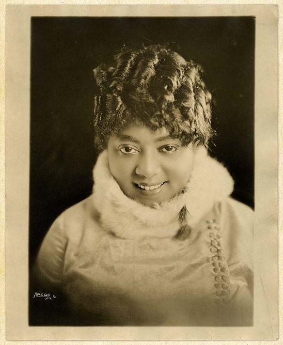 Mamie con la sua inseparabile cappa bianca