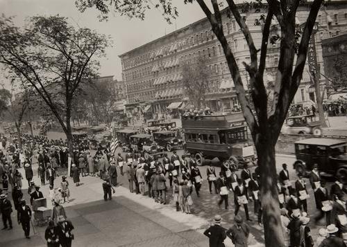 Coisi' appariva Harlem agli inizi degli anni '20. Qui una bella parata militare,1922