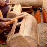 Questo strumento Africano ( un tronco scavato secondo una linea di risonanza armonica) la dice lunga sugli strumenti ritmici utilizzati poi nel Blues.