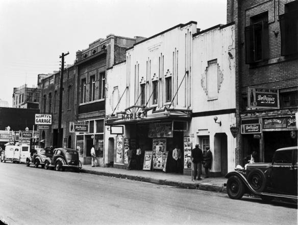 la zona DEEP ELLUM,ritrovo dei Bluesman e fulcro del Texas Blues durante la Grande Depressione.  1930