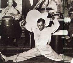 Una mitica immagine di T.Bone Walker durante uno dei suoi spettacoli, nel 1947