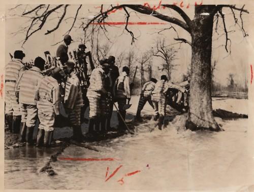 Inondazione del Misissippi del 1935. Patton si ispirava a scene di vita vere nelle sue canzoni,e parla di una delle tante esondazioni del fiume proprio In HIGH WATER BLUES.
