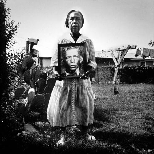 Rosetta Patton Brown,ultima figlia dell'artista,con la foto del padre che non ha quasi conosciuto.