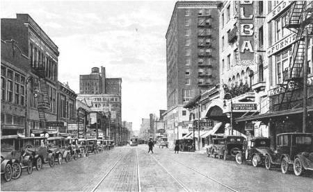 Qui siamo nel DEEP ELLUM,nel 1920. Precisamente in ELM STREET dove Lemon Jefferson si esibi' a lungo.