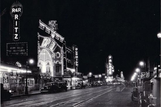Ecco Elm Street nel 1923,proprio accanto all'incrocio con Main Street.