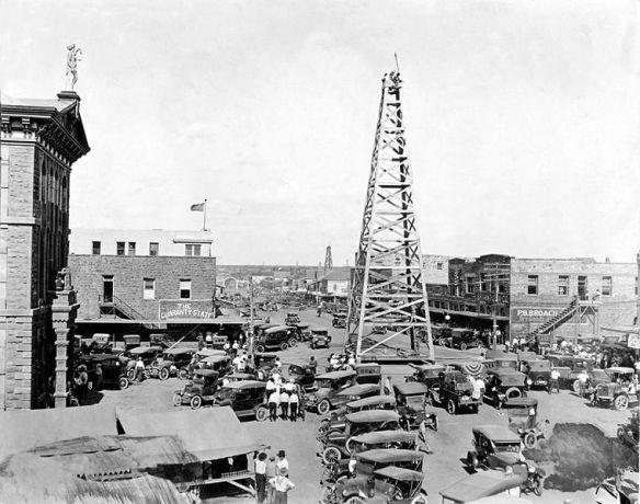 Ecco uno dei vari pozzi di petrolio in Texas,intorno al 1920.
