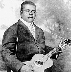 Blind Lemon Jefferson nella sua immagine piu' diffusa, 1926