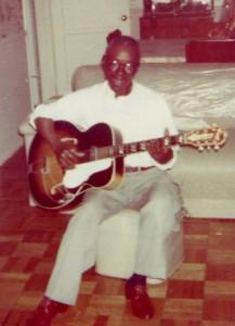 Ike Zimmerman nella sua casa  A Compton dove mori' nel 1974.