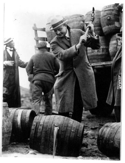 Un'immagine emblematica del Proibizionismo in America. Botti di alcool clandestino distrutte dalle Forze dell'Ordine