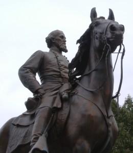 Assassino, ex mercante di schiavi, dichiaratamente razzista e primo capo ufficiale del KKK il Capitano Nathan Bedford Forrest è ancora oggi osannato come eroe del sud. Ecco uno dei tanti monumenti in suo onore in Gettysburg, Pennsylavania.